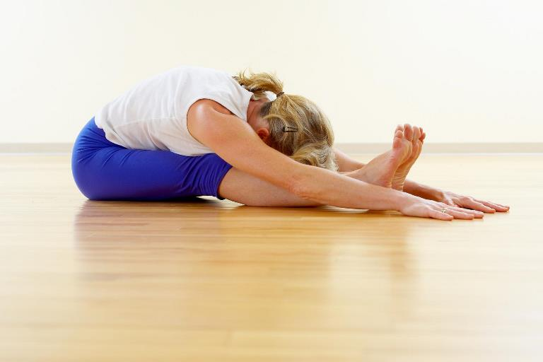 Женщина делает одно из популярных упражнений