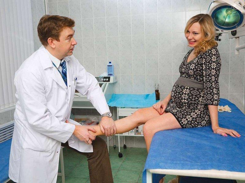 Врач осматривает беременную женщину