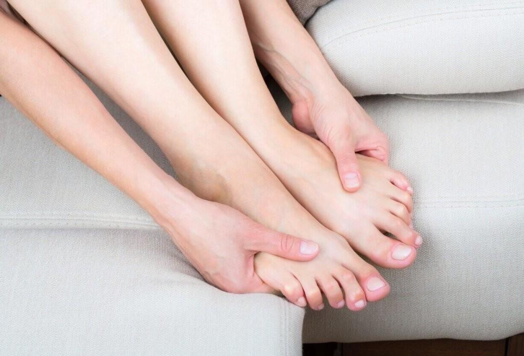 Симптомами заболевания может быть покалывание в руках, ногах и спине