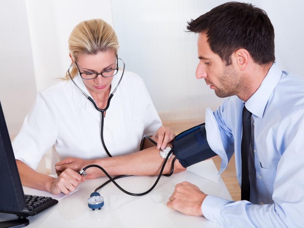 Пациенту измеряют давление