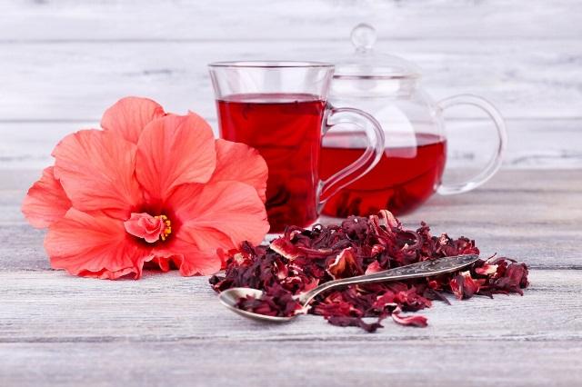 Чайник с красной жидкостью
