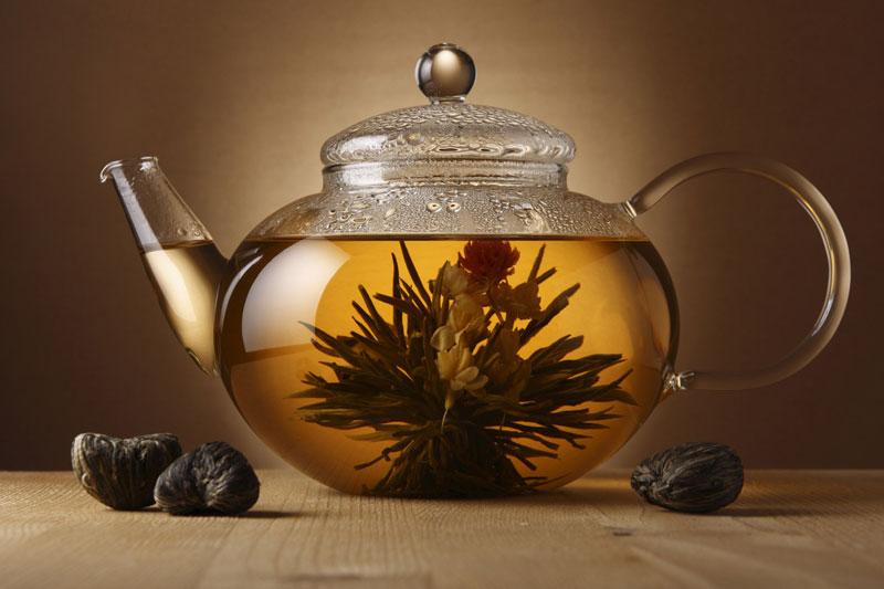 Травяной отвар в чайнике