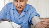 пожилому мужчине меряют давление
