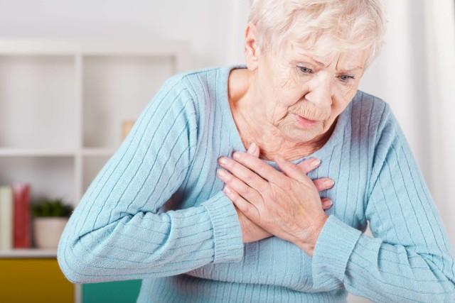 У женщин в возрасте старше 50 лет боль может распространяться также на всю левую сторону тела