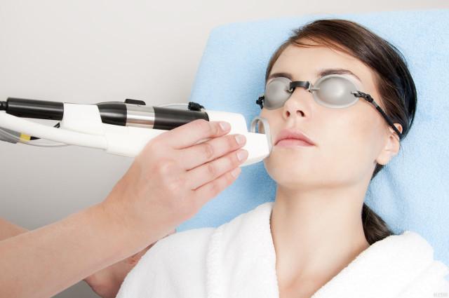 Сегодня существует немало различных способов, которые быстро и безболезненно способны убрать портящие внешность сосуды на лице
