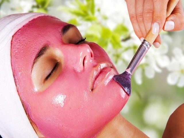 Человеку, у которого периодически лопаются сосуды, необходимо правильно ухаживать за кожей в домашних условиях