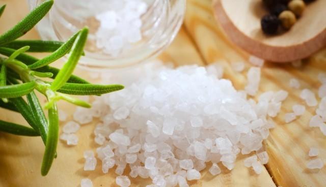 Соль тонизирует сосуды ног и уменьшает отечность, а также снижает количество выступивших сосудов