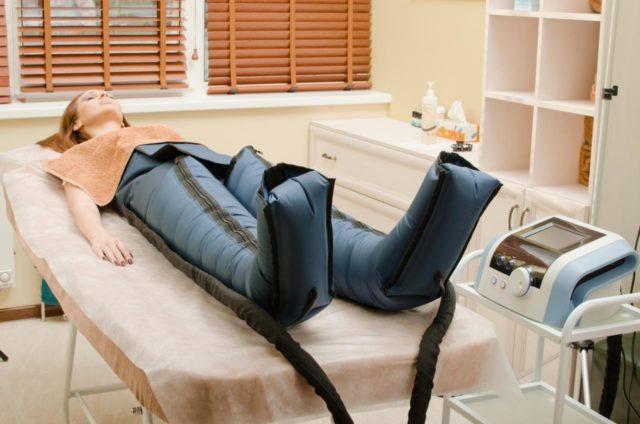 Специальные штаны, надеваемые в начале процедуры на ноги, плотно накачиваются воздухом, точечно воздействуя, таким образом, на тело