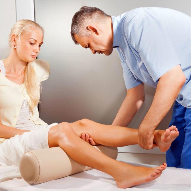 Через день-два после образования тромба становятся видны расширенные подкожные вены на ногах
