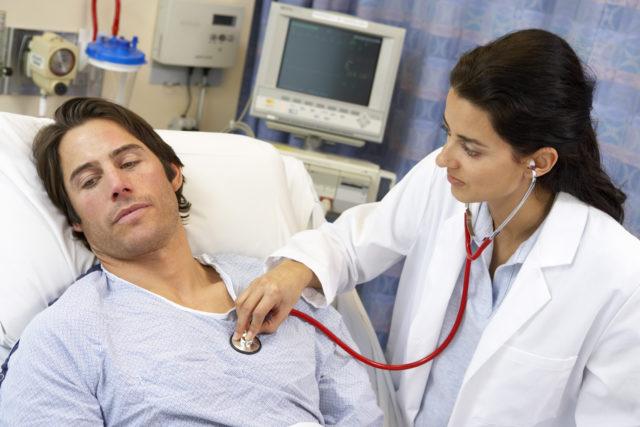 При внезапной коронарной смерти пациент теряет сознание, происходит остановка дыхания, отсутствует пульс на магистральных артериях