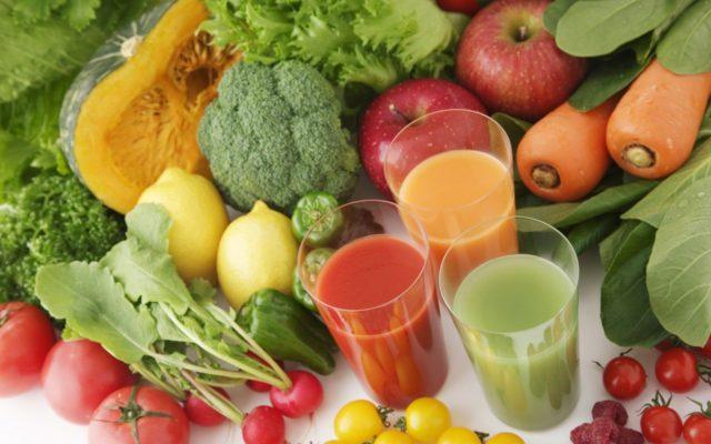 Также пища должна содержать достаточное количество витаминов и микроэлементов, поэтому в рацион обязательно включают свежие фрукты, овощи, зелень, ягоды