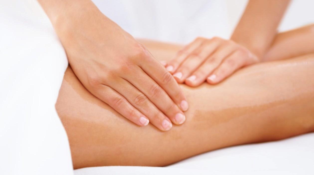 Он позволяет побороть состояние дискомфорта и распухшие вены, однако его должен делать опытный врач-массажист