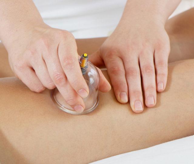 В начальных стадиях варикоза в домашних условиях можно делать самомассаж ног, используя поглаживающие, растирающие и разминающие движения классического массажа