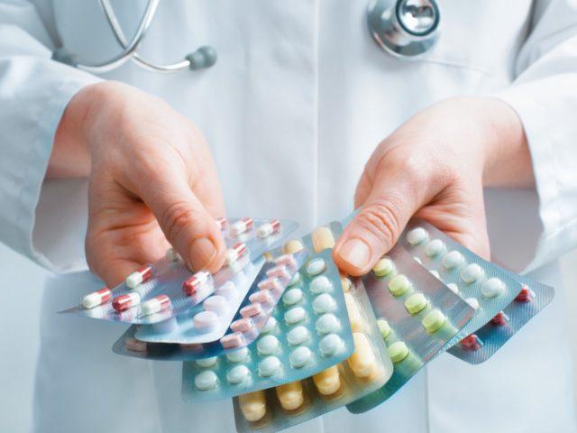 Как правило, нанесение лекарственных средств на кожные покровы часто сочетают с пероральным приемом препаратов – это значительно повышает эффективность лечения