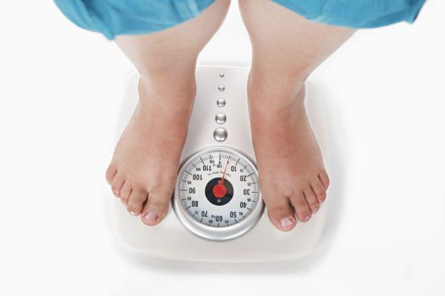 Избыточный вес, который приводит к повышенной нагрузке на сосуды