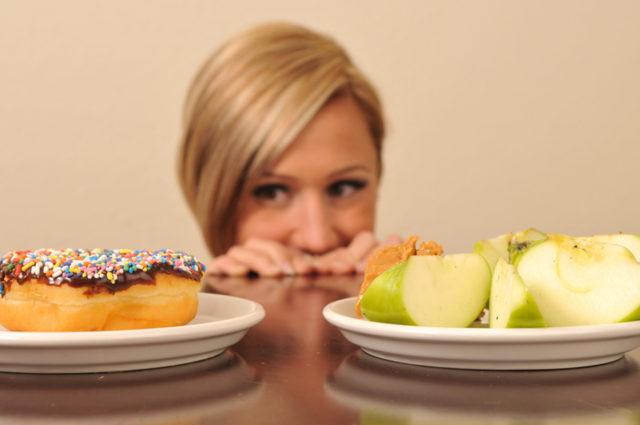 Следует исключить из рациона жирные, жареные, острые, соленые, пряные блюда, копчености и приправы
