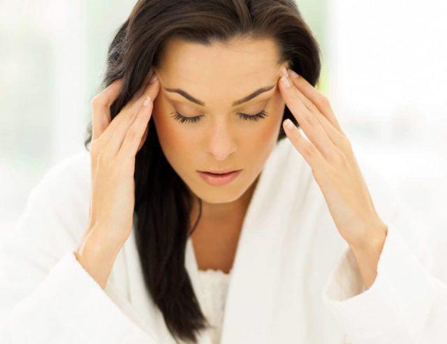 Часто боль в области головы соединяется с чувством тошноты, возможно появление рвоты