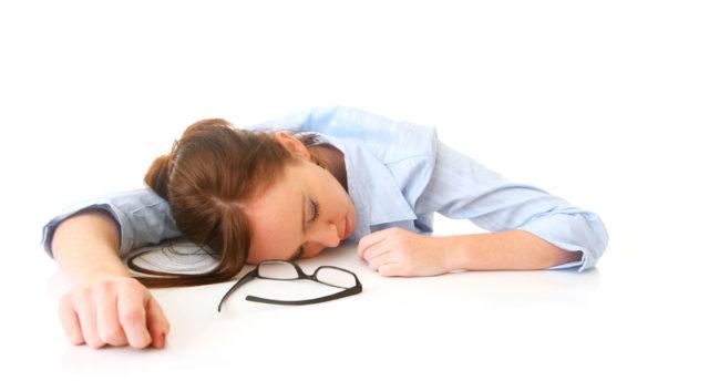 Плохое самочувствие при давлении может выражаться усилением головной боли, рвотой, слабостью, граничащей с обморочным состоянием